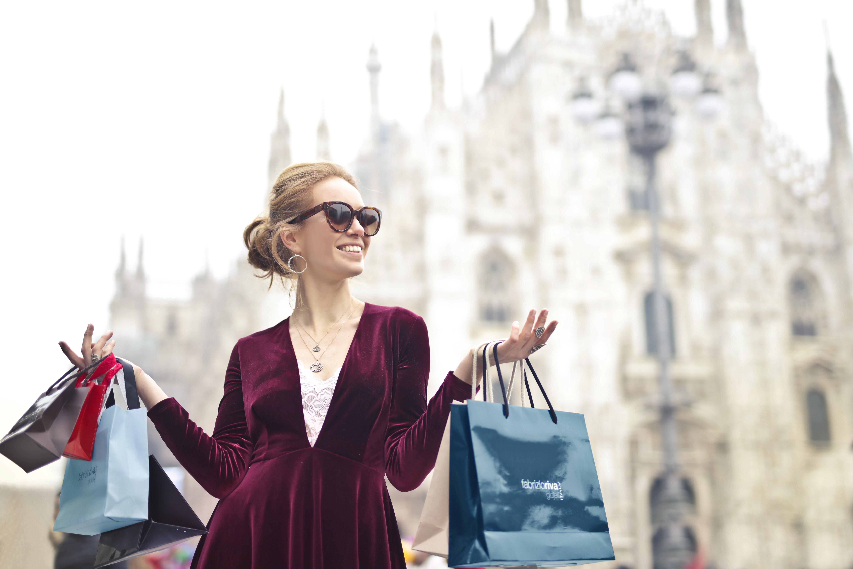 Kvinna med många shoppingpåsar